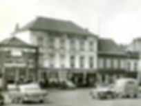 "Links ""Café Concordia"" de 2440 studio op de Markt"