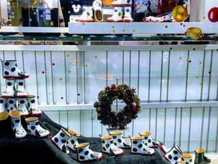 キッズブーツの並ぶクリスマスウインドウ♥♥♥