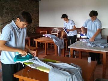 Alumnos se ponen a planchar, coser y cocinar en clase
