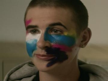 """El videoclip """"The Village"""" cuenta la historia de un chico trans que busca su libertad"""