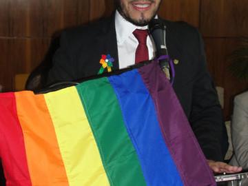 Diputado abiertamente gay abandona su país por amenazas de muerte