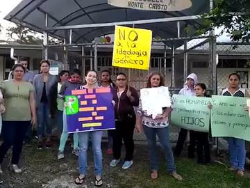 Madres piden muerte a homosexuales a las afueras de una escuela