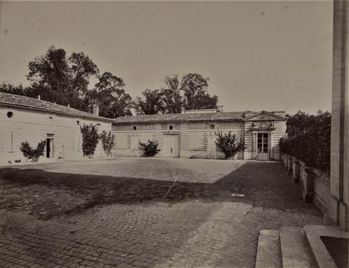 1783-1896 Château Raba La cour