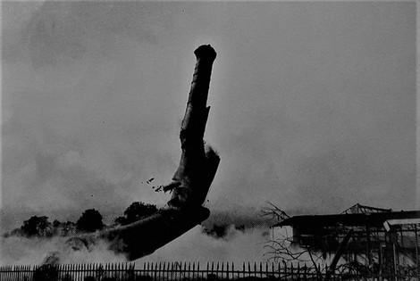 Destruction de la cheminée de l'usine