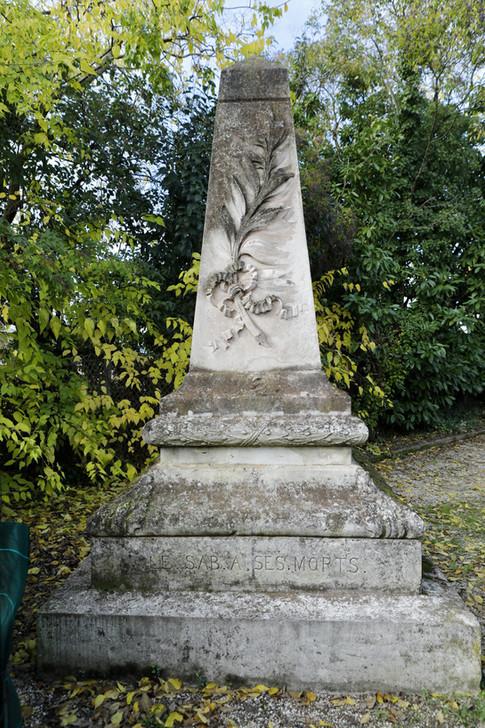 Cénotaphe dédiés aux morts du SAB(T). Le club au début du conflit se nommait SABT nom pris aprés une fusion éphémère avec le Foot-Ball Cub de Talence. Monument privé construit en 1924.