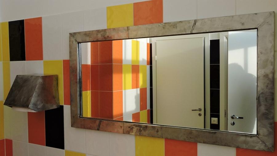 зеркало в общественном санузле