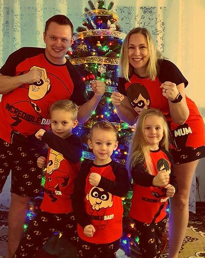 Familie Nohabe: Reka, Viktor und die 3 Kinder.