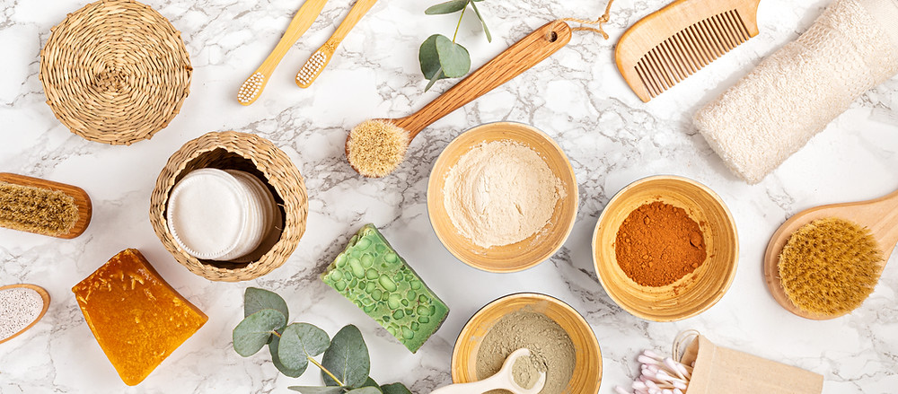 Natürliche Kosmetik- und Wellness-Inhaltsstoffe in Schalen.