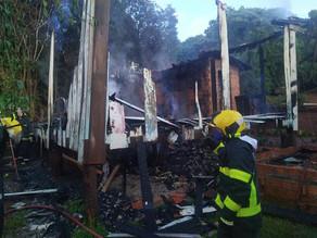 Casa é consumida por incêndio na Rua Maranhão