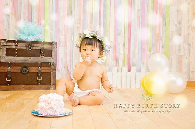 1歳のお誕生日にケーキスマッシュ!ケーキを頬張る姿が可愛らしい♡_1歳のお誕生日おめでとうー♡#ケーキスマッシュ#ケーキ#1才#女の子#お誕生日#ig_kidsphoto#記念写真#ベビーフォト#名古