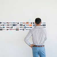 Directeur artistique regardant story-boa