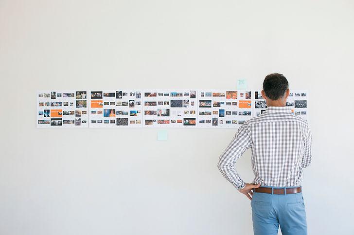 Art director guardando storyboard