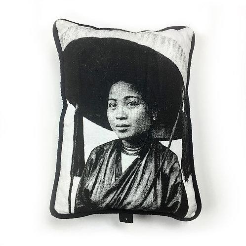 Coussin de voyage - Femme au chapeau - Very Ngon - 30 cm x 20 cm