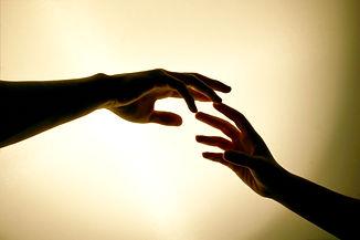 liefde-handen-reiken-elkaar.jpg