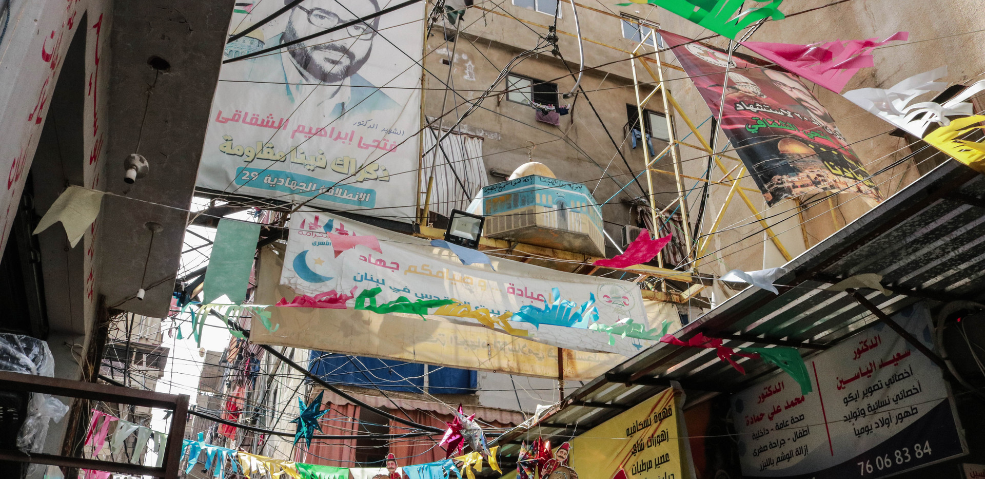 Graffiti, slogans and posters with political connotations can be found everywhere. During the Ramadan,  colored lines between the eaves lightened up Ramadan's atmosphere in Shatila.