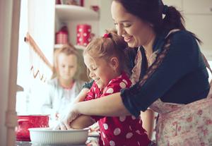 мама готовит с дочкой тесто