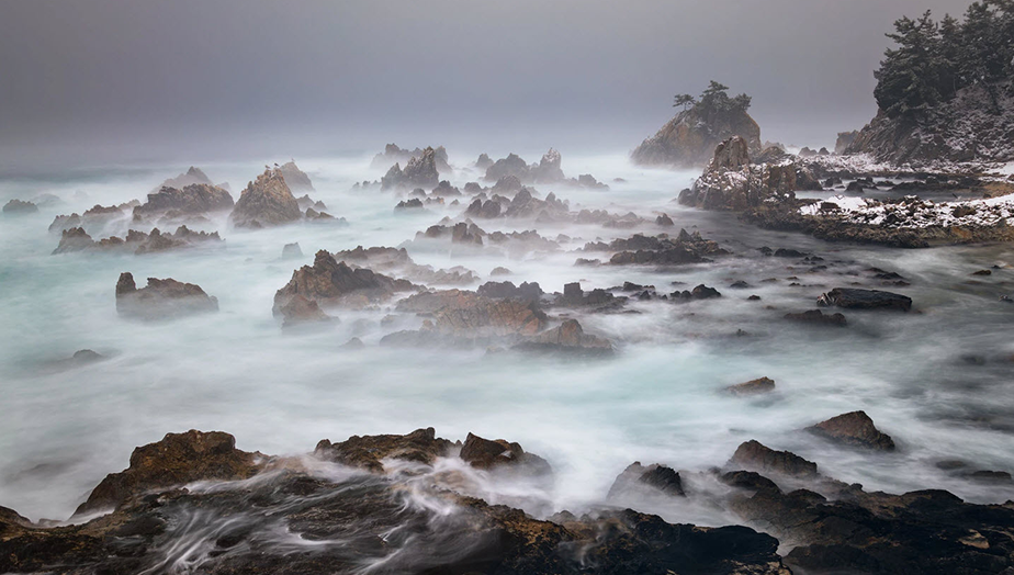 Imagen de una costa rocosa en invierno