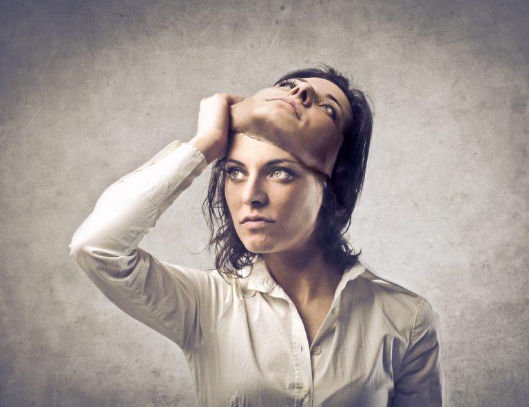 Mujer sacandose una especie de mascara de su cara, pero la mascara es su mismo rostro.