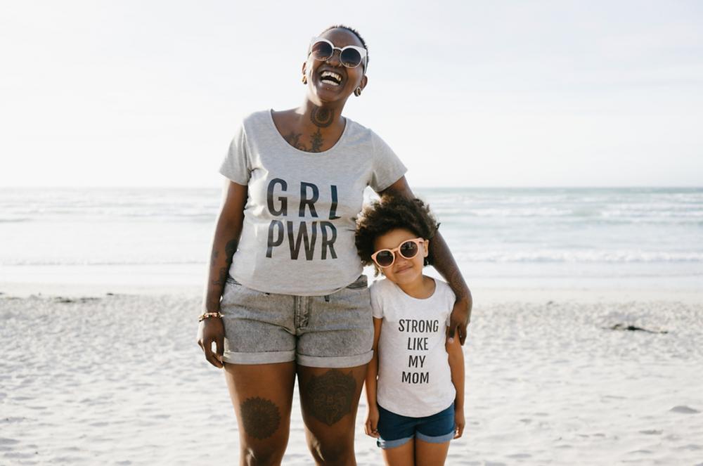 티셔츠 입은 엄마와 딸