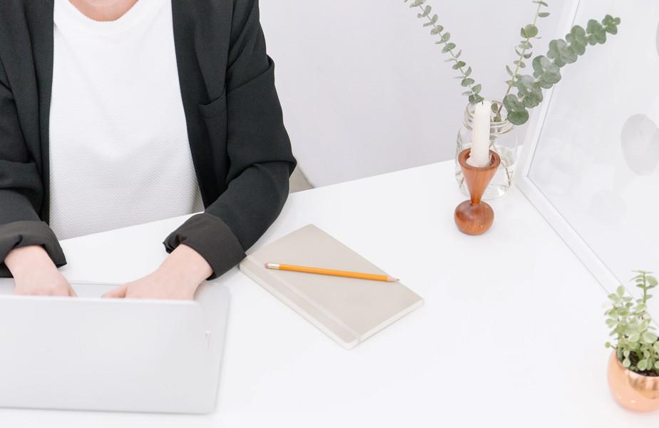 Non gender specifieke persoon die vanaf een laptop werkt