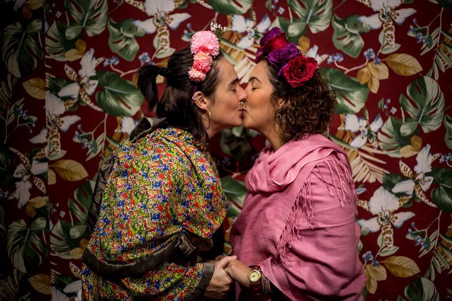 two women dressed as frida kahlo kissing
