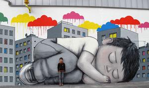 стрит-арт спящий мальчик