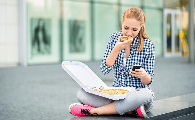 Fille qui mange une pizza