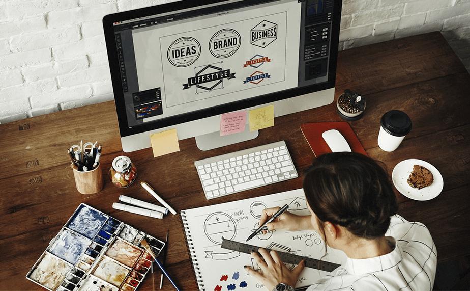 Femme créant le logo d'une marque sur ordinateur