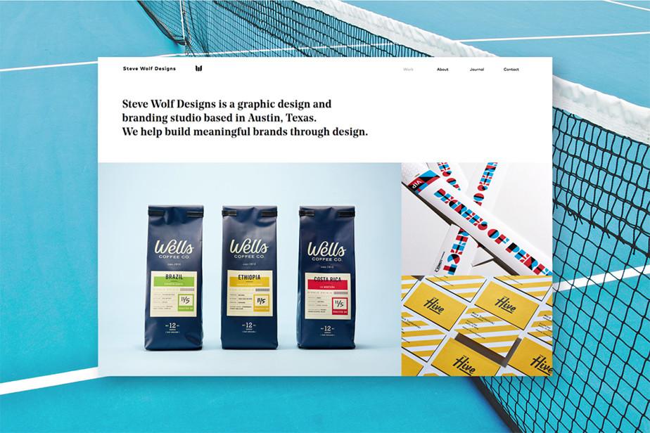 Captura de tela da página inicial do site do designer Steve Wolf. A parte superior da tela tem fundo branco e apresentação em letras pretas. Abaixo do menu e da apresentação, podem-se ver duas imagens de produtos com design de Steve.