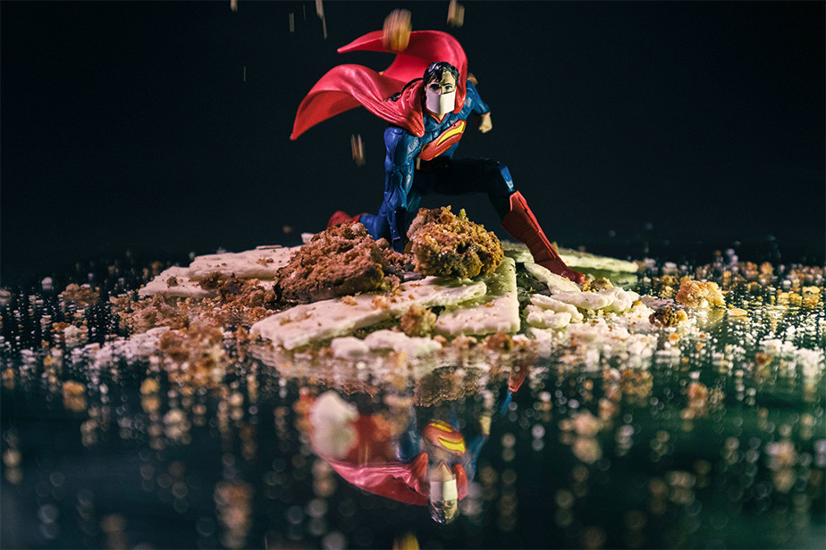 Fotografia wewnętrzna - wykorzystywanie obiektów domowych jak figurka supermana