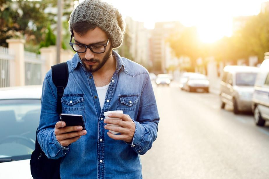 homme avec son téléphone portable