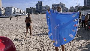 La photo d'un employé de Wix à la plage se transforme en bataille Photoshop