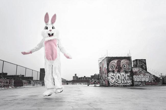 homme deguisé en lapin dans la rue
