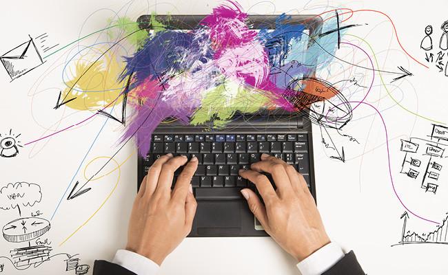 Лэптоп с разноцветным рисунком на экране
