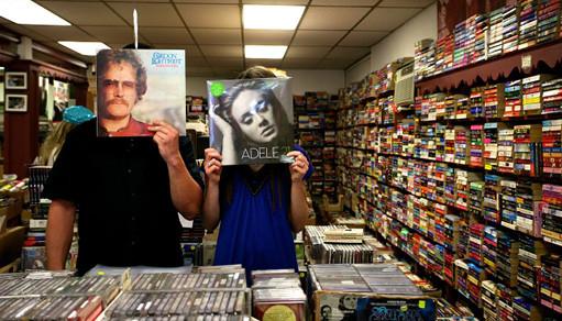 Молодая пара в магазине пластинок