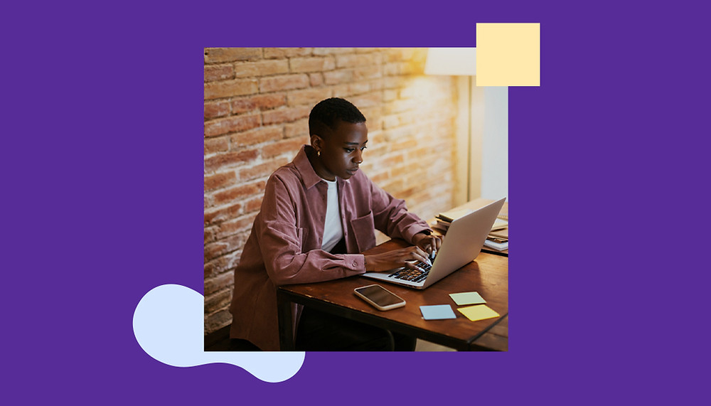 Mulher trabalhando em uma mesa com laptop, celular e post-its