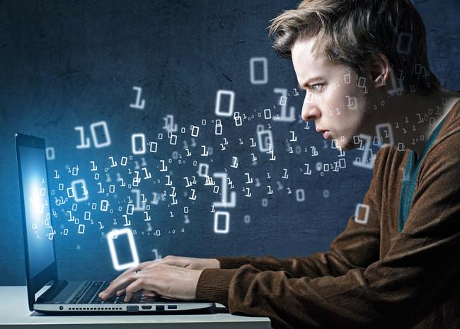 Молодой человек у компьютера