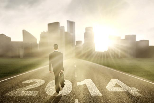 Бизнесмен идет на встречу успеху в новом году
