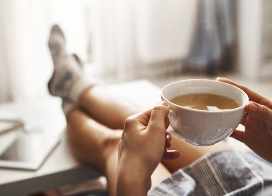 белая кружка с чаем, работа из дома