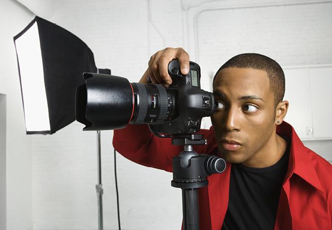 Photographe qui utilise un trépied