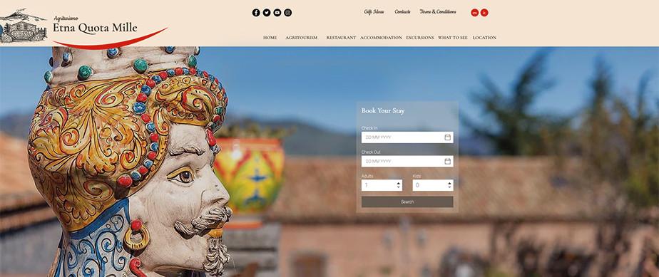 Una página web de hoteles que tiene una escultura muy pintoresca de un hombre con un arete.