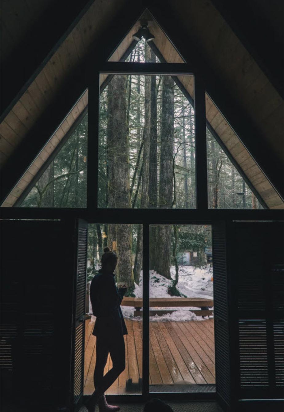 Foto de invierno tomada desde el interior de una casa