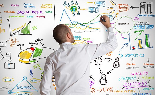 Бизнесмен анализирует свой успех у доски