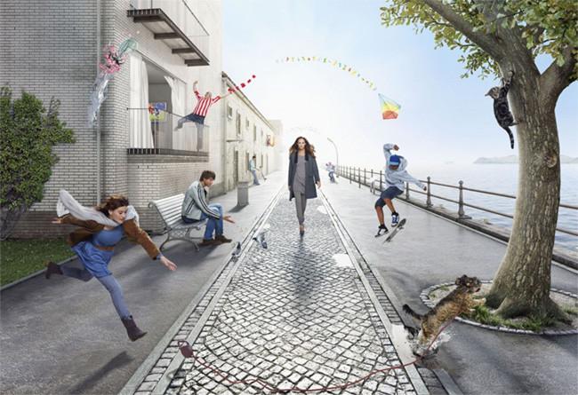 Mujer caminando por una peatonal con personas corriendo de un lado al otro de la misma