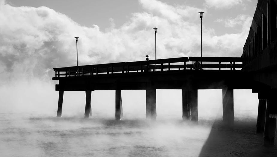 Foto de un muelle con niebla