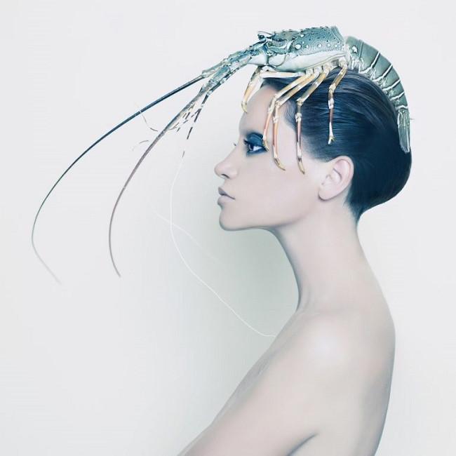 Femme avec homard sur la tête