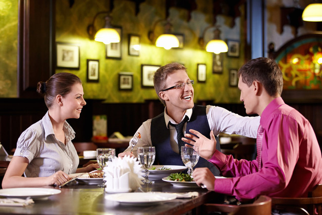 Коллеги за обедом в ресторане