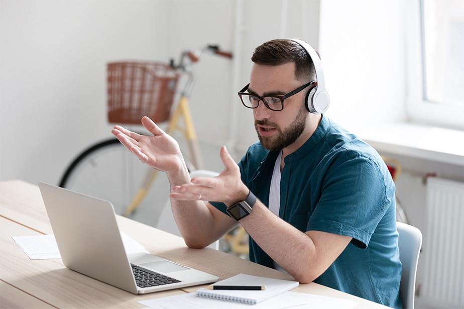 Hombre impartiendo curso online frente a su computador