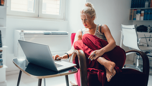 девушка работает из дома за ноутбуком