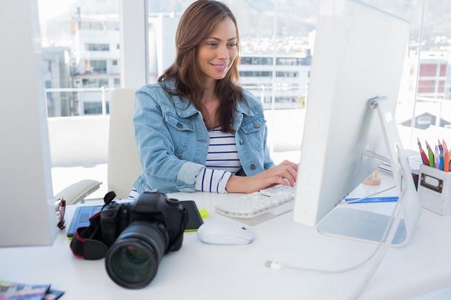 Photographe devant son ordinateur